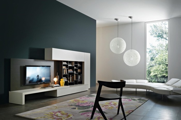 wohnzimmer lampen hänglampe graue akzentwand farbiger teppich