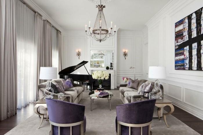 wohnzimmer lampen lila möbel blumendeko klavier beige gardinen
