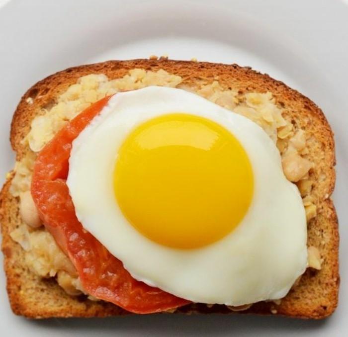 brotaufstriche frühstücksideen avokado gesund brot basilikum ei tomate