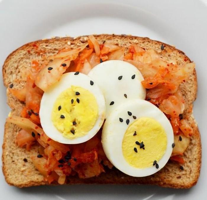 brotaufstriche frühstücksideen avokado gesund brot basilikum gemüse gekoches ei