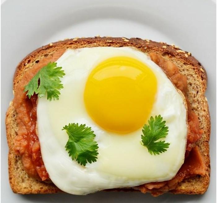 brotaufstriche frühstücksideen avokado gesund brot basilikum koriander