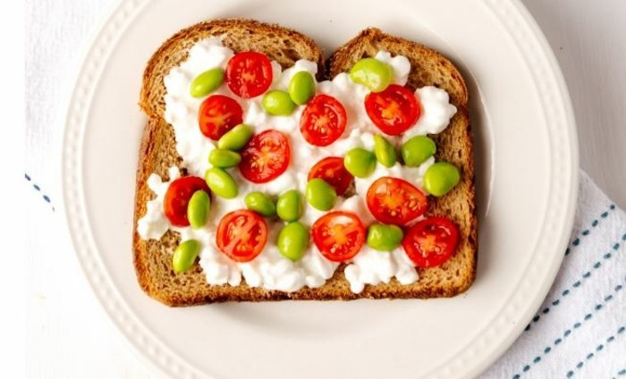 frühstücksideen frühstücksidee avokado gesund brot basilikum ziegenkäse radischen
