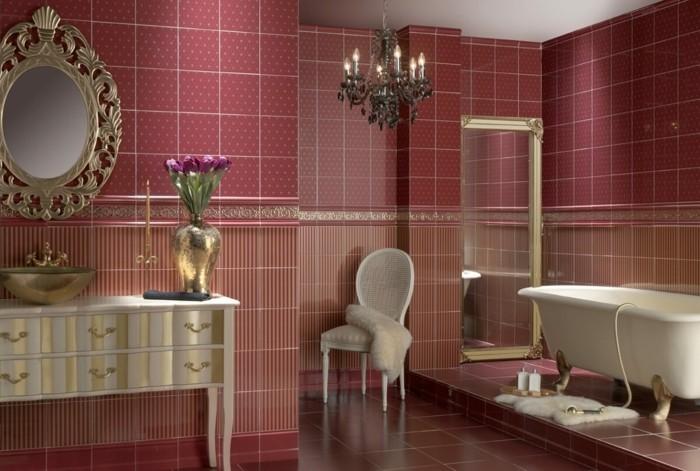 englischer landhausstil badezimmer wohnideen wandfliesen kristallkronleuchter waschtisch krallenfus badewanne