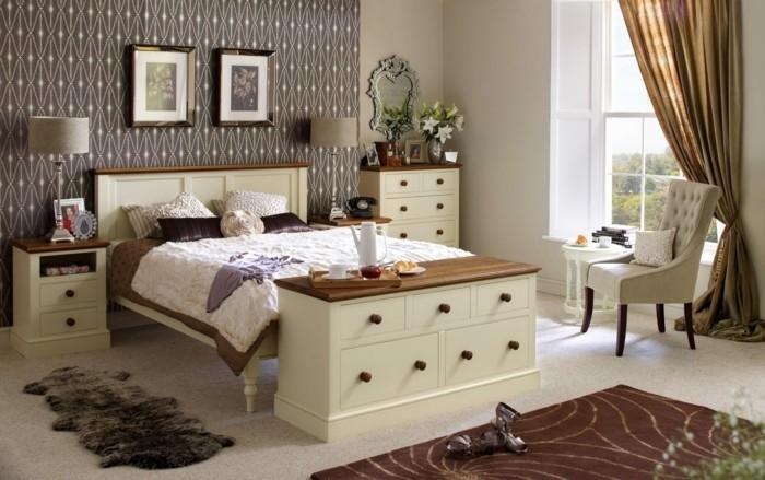 englischer landhausstil schlafzimmer einrichten holzmobel mustertapete nachtkonsole kommode
