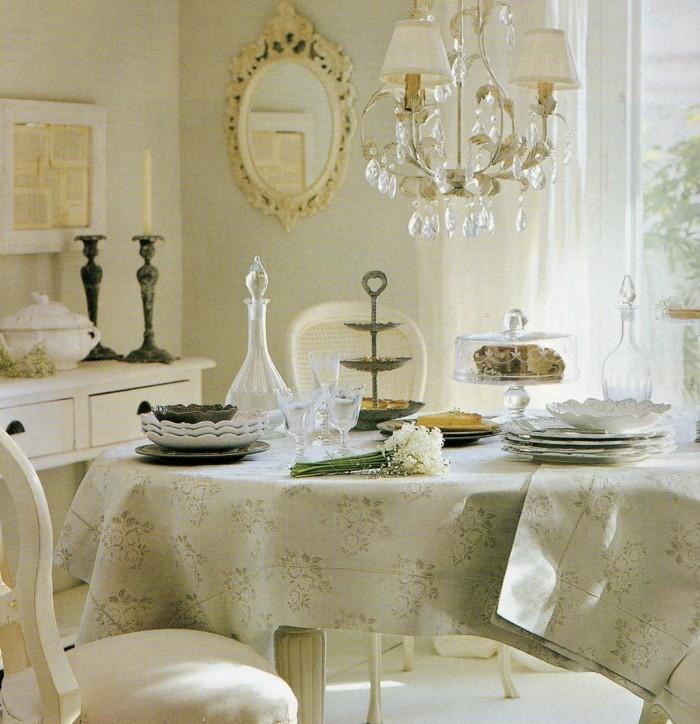 englischer landhausstil tischdekoration vintage geschirr wandspiegel kristallkronleuchter