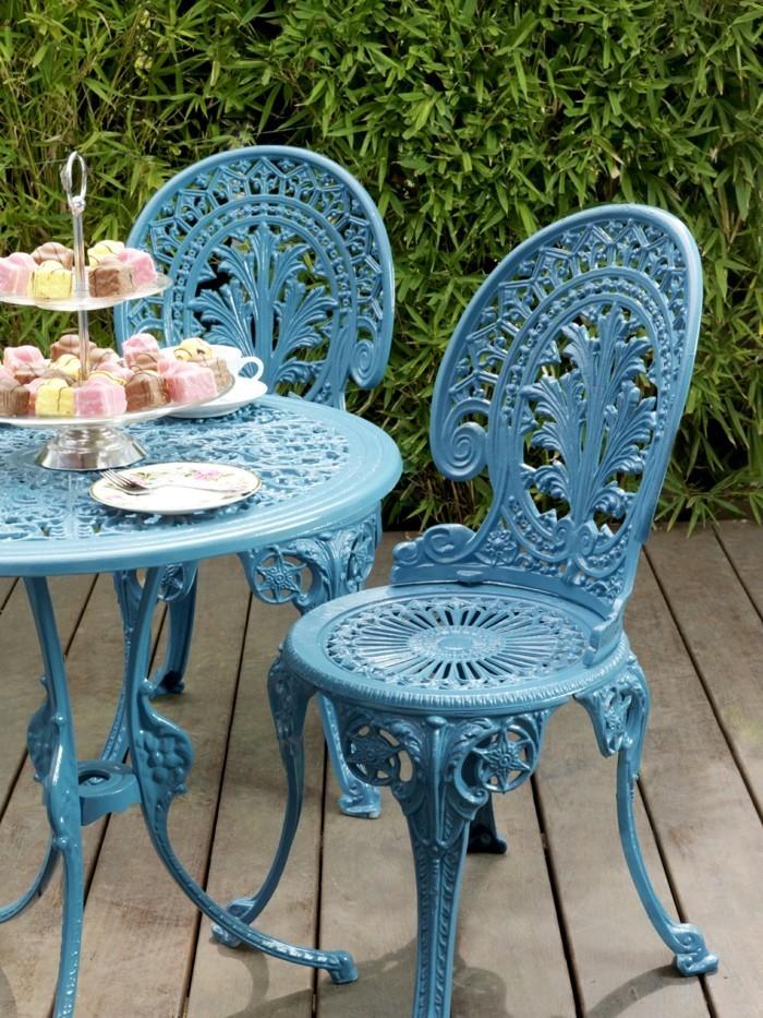 garten gestalten ideen gartenmöbel blaue gartenstühle vintage look