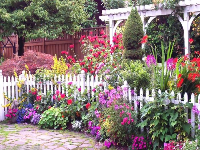 gartengestaltung ideen blumen weißer zaun hinterhof