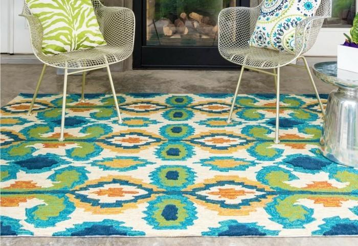 gartengestaltung ideen farbiger teppich dekokissen florales muster