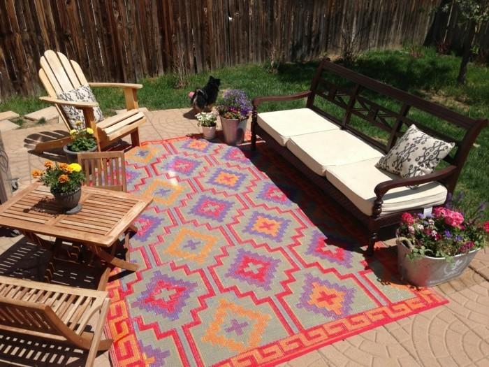 gartengestaltung ideen farbiger teppich holzmöbel hinterhof gestalten