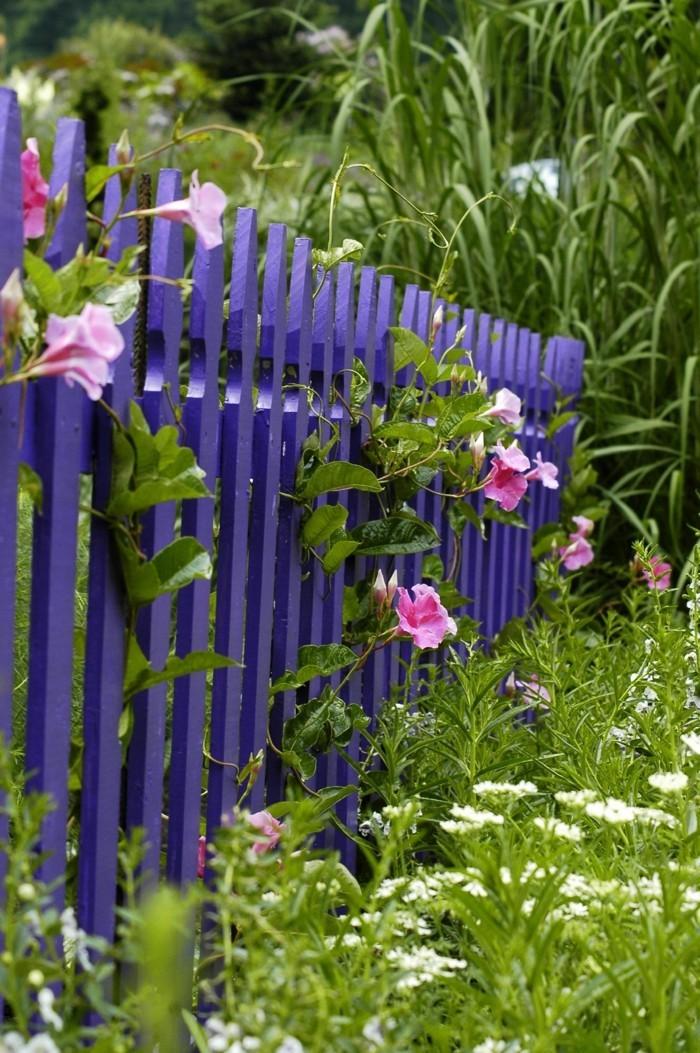 gartengestaltung ideen lila gartenzaun blumen dekoideen