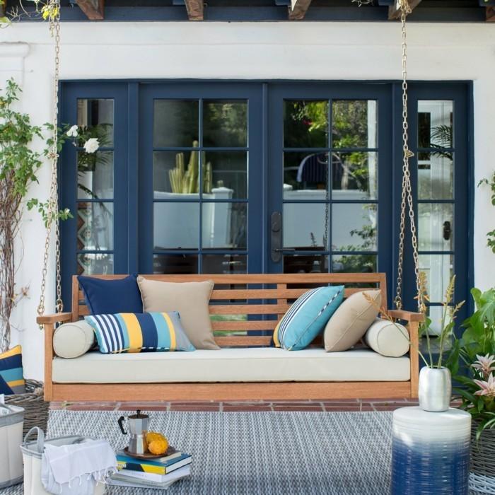 gartengestaltung ideen terrasse gestalten schaukel dekokissen muster kombinieren