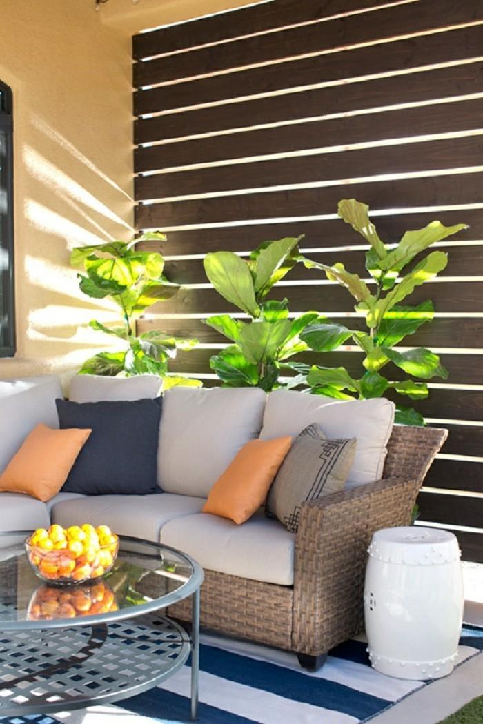 gartenideen rattansofa pflanzen dekokissen streifenteppich