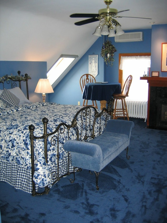 gestaltung schlafzimmer blauer teppichboden fabige bettwäsche schlafzimmerbank