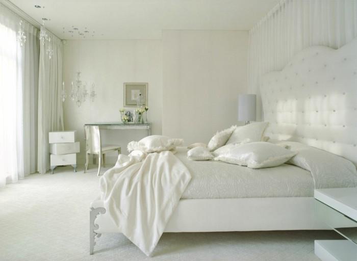 gestaltung schlafzimmer helle bettwäsche ausgefallener beistelltisch schminktisch