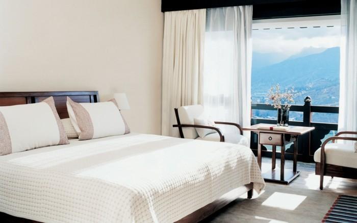 gestaltung schlafzimmer matratze helle wände balkon