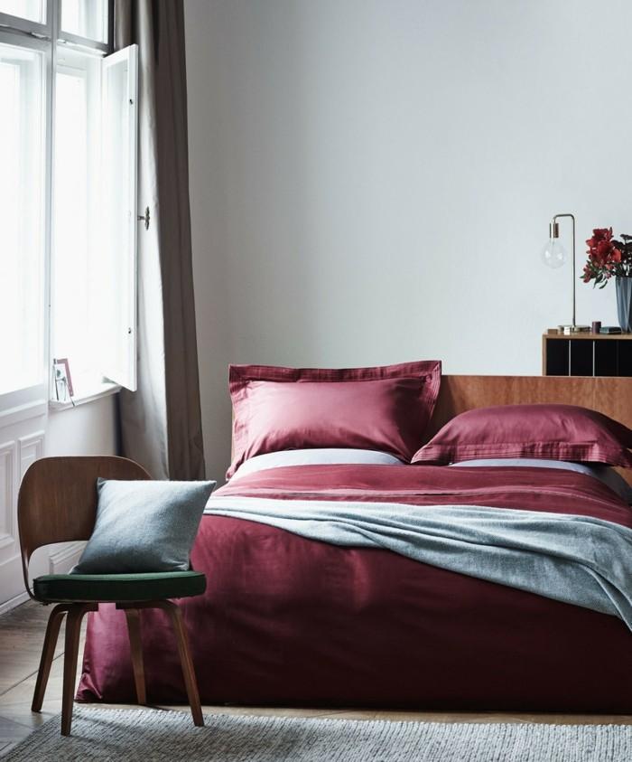 gestaltung schlafzimmer schöne bettwäsche rot elegant teppich fenster
