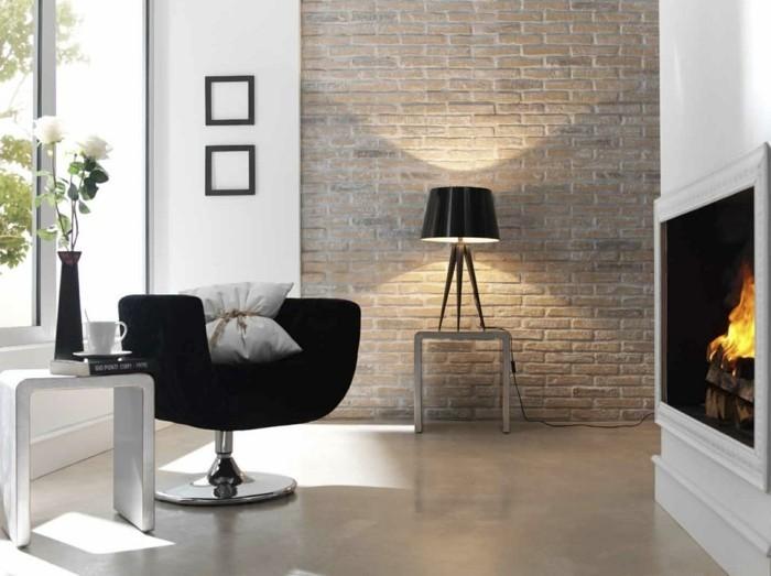 ziegelwand wohnzimmer: wandgestaltung wohnideen wohnzimmer kamin schwarzer sessel ziegelwand