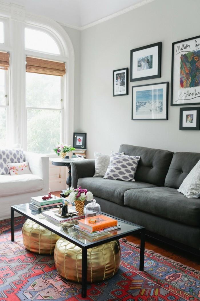 innendesign eklektisches wohnzimmer einrichten wanddeko goldene hocker