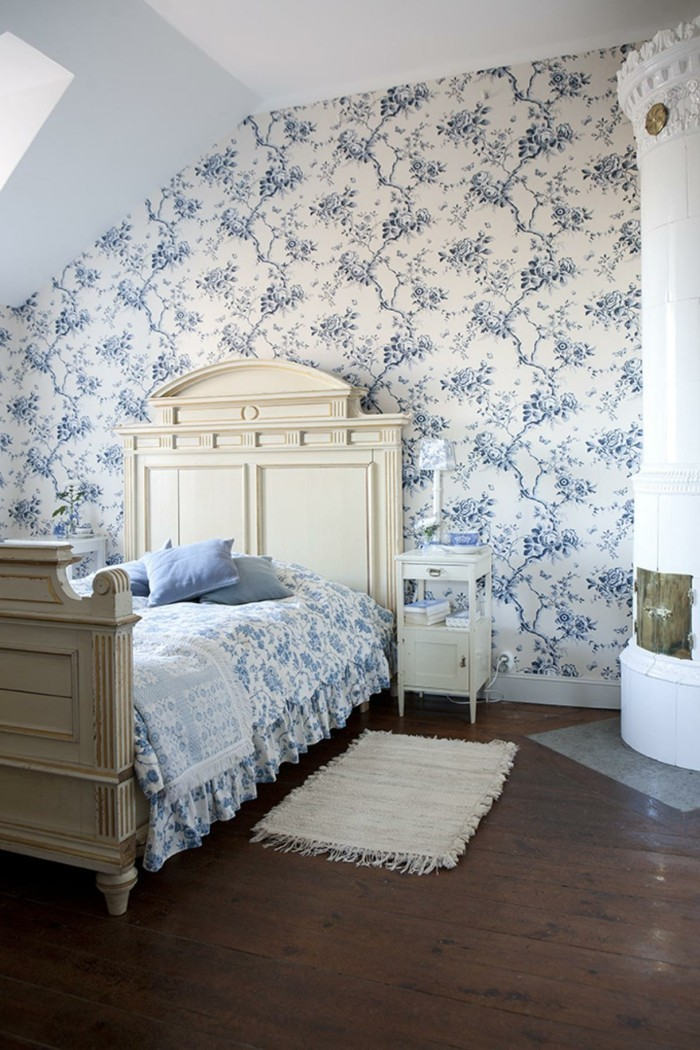 innendesign ideen schlafzimmer schöne wandtapete blaue florale muster kamin