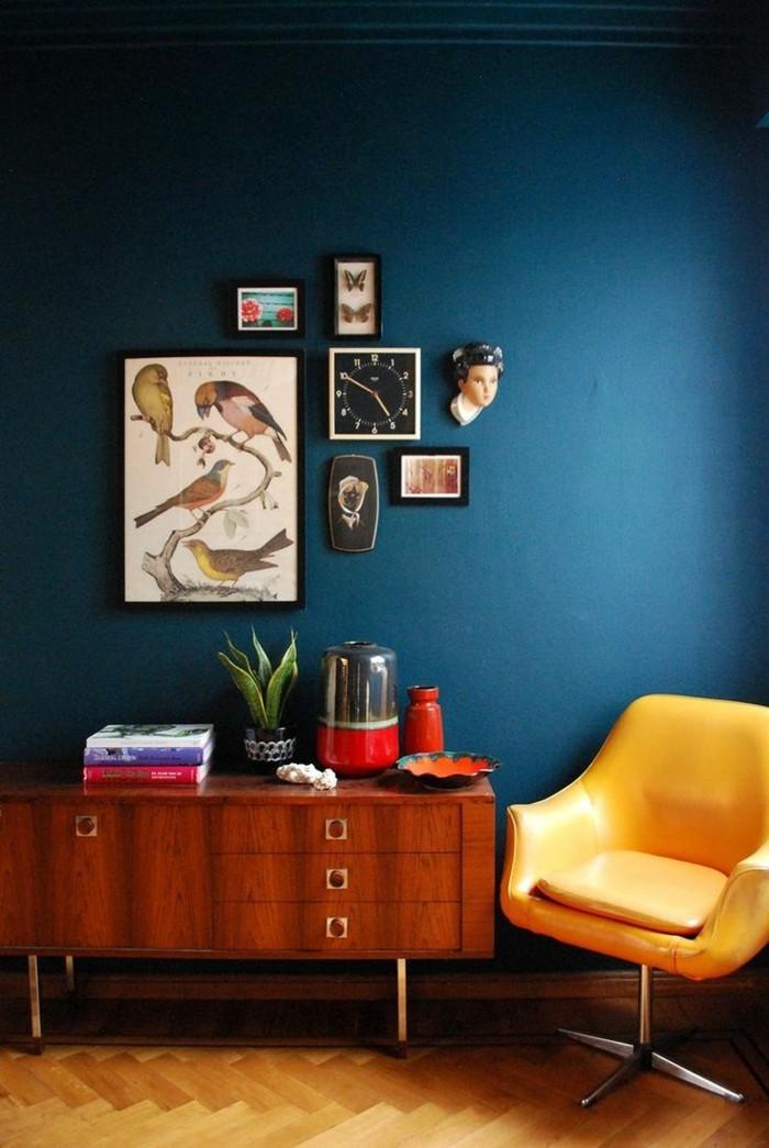 innendesign wohnideen wohnzimmer blaue wandfarbe gelber sessel