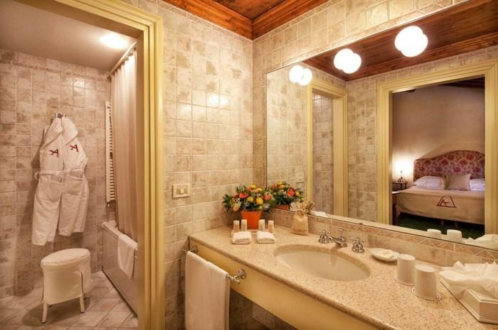 inneneinrichtung badezimmer badfliesen römischer stil