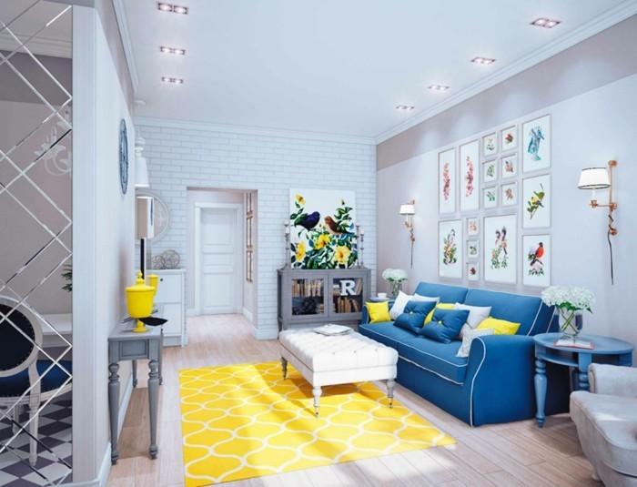 inneneinrichtung ideen blaues sofa gelber teppich helle wände
