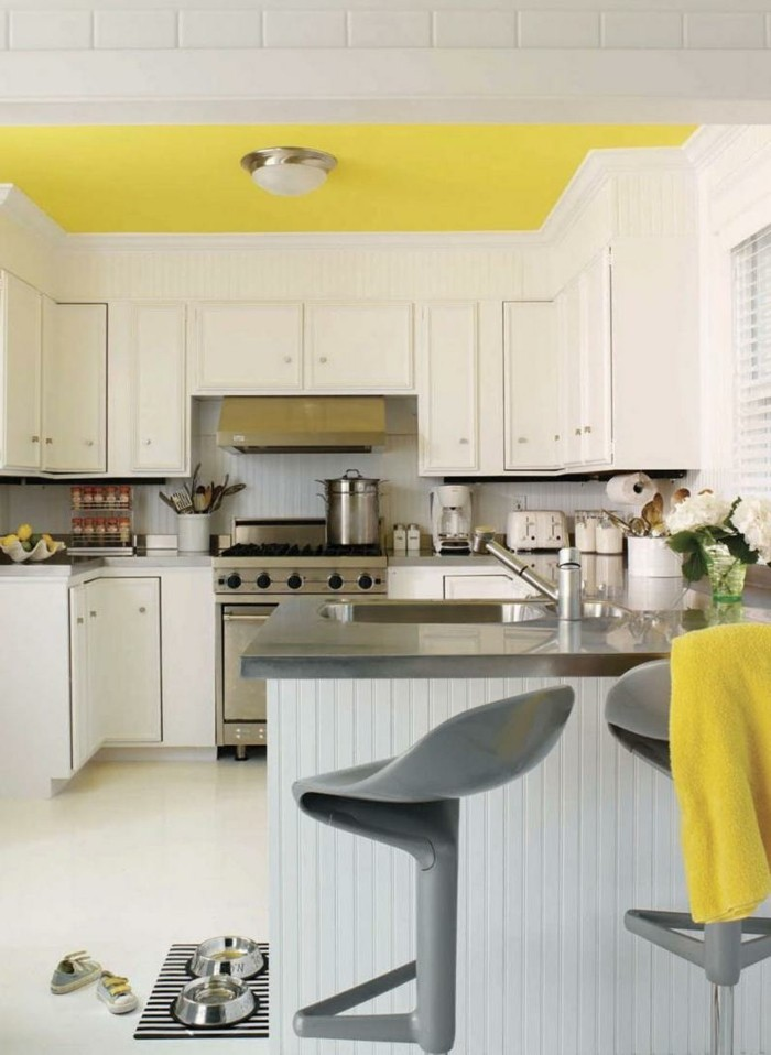 inneneinrichtung ideen gelbe zimmerdecke weiße küchenschränke graue barhocker