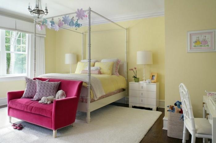 inneneinrichtung ideen hellgelbe wandfarbe schlafzimmer weißer teppich farbiges sofa