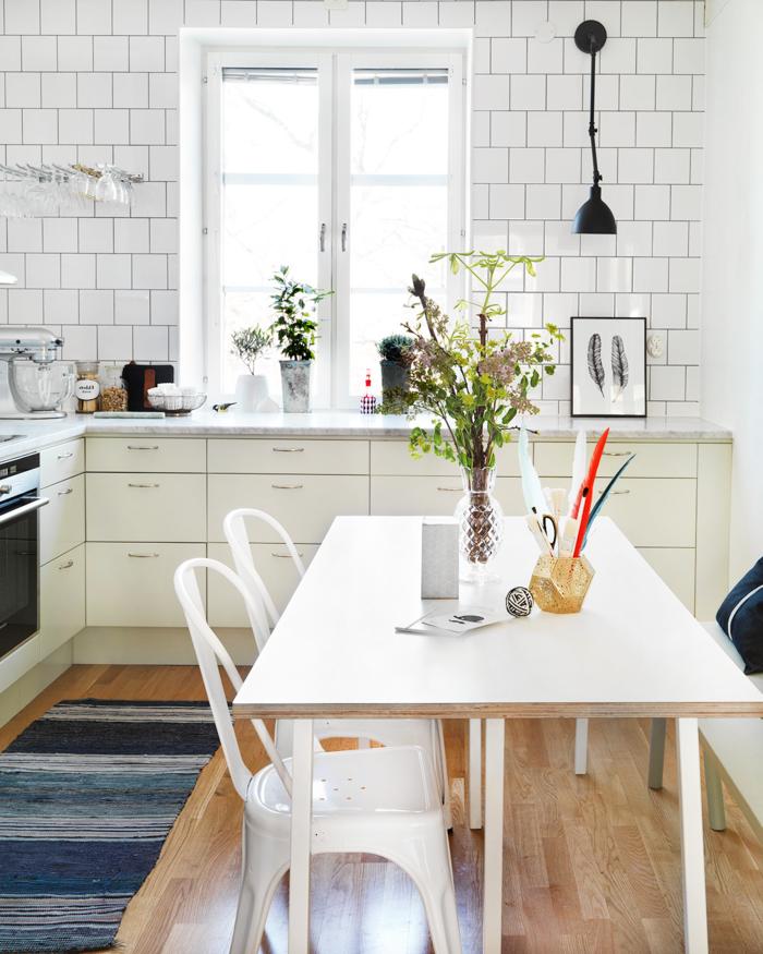 inneneinrichtung küche design teppich blaunuancen holzboden