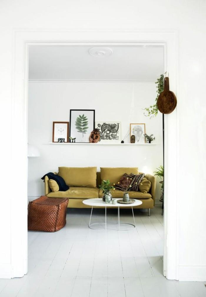 inneneinrichtung wohnideen wohnzimmer grünes sofa wandregal weißer bodenebelag