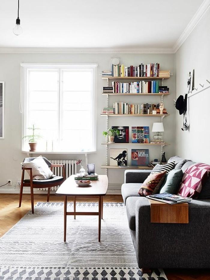inneneinrichtung wohnzimmer gestalten ideen retro geometrischer teppich weiße wände