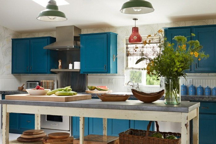 küchendesign blaue küchenschränke hängelampen blumendeko