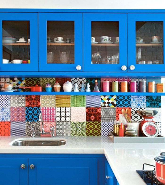 küchendesign blaue küchenschränke und farbige wandfliesen