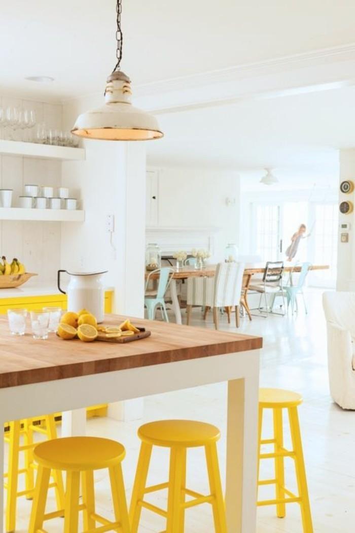 küchendesign gelbe barhocker küchentisch weißes ambiente