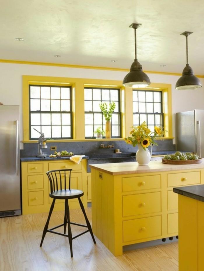 küchendesign gelbe küchenschränke graue elemente blumendeko