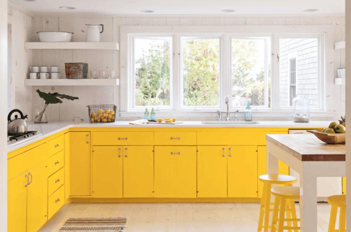 küchendesign gelbe küchenschränke offene wandregale