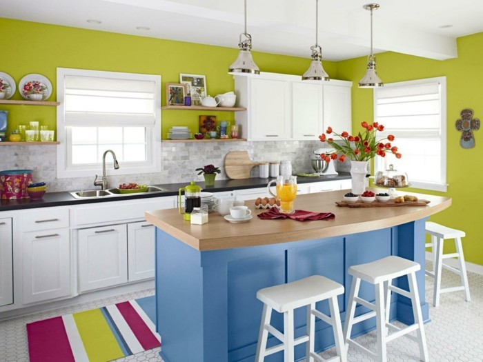 küchendesign grüne wandfarbe farbiger streifenteppich blaue kücheninsel