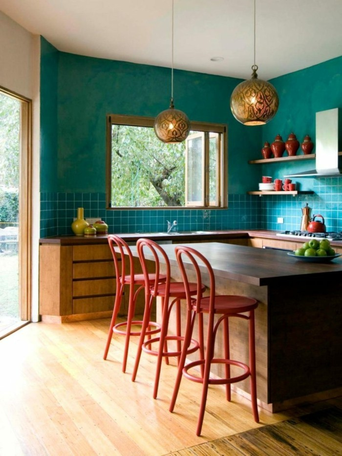 küchendesign grüne wandfliesen holzboden kücheninsel