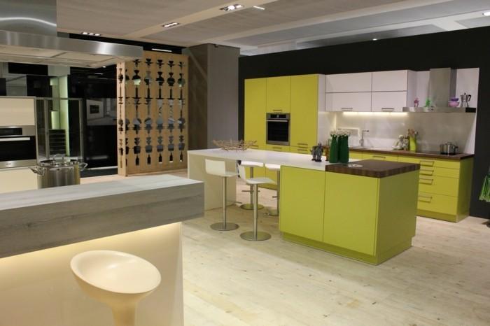 küchendesign hellgrüne küchenschränke holzboden