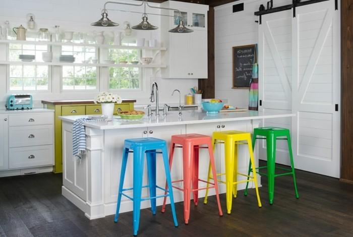 küchendesign weiße kücheninsel farbige barhocker dunkler bodenbelag