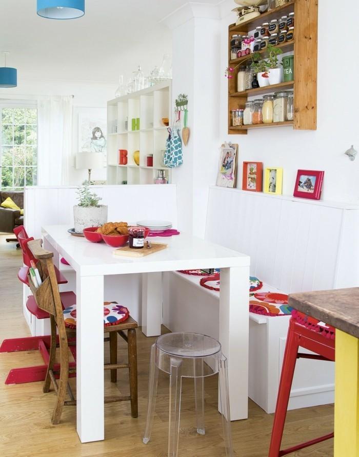 küchendesign weiße wände farbige akzente holzboden