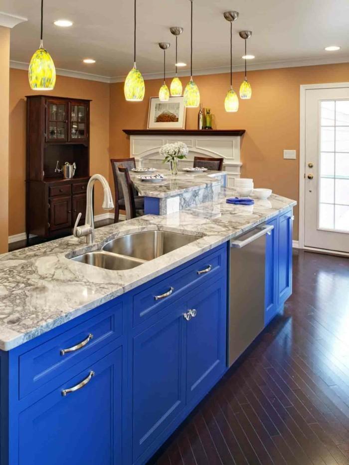 küchengestaltung blaue kochinsel und beige wandfarbe