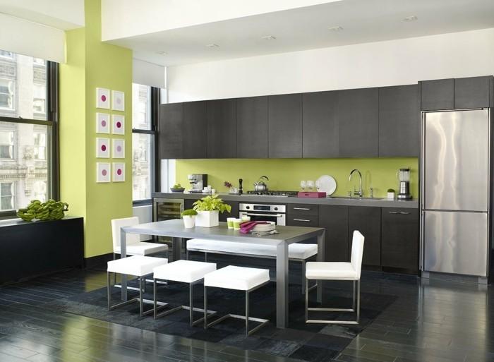 küchengestaltung grüne wandfarbe und weiße sitzmöbel