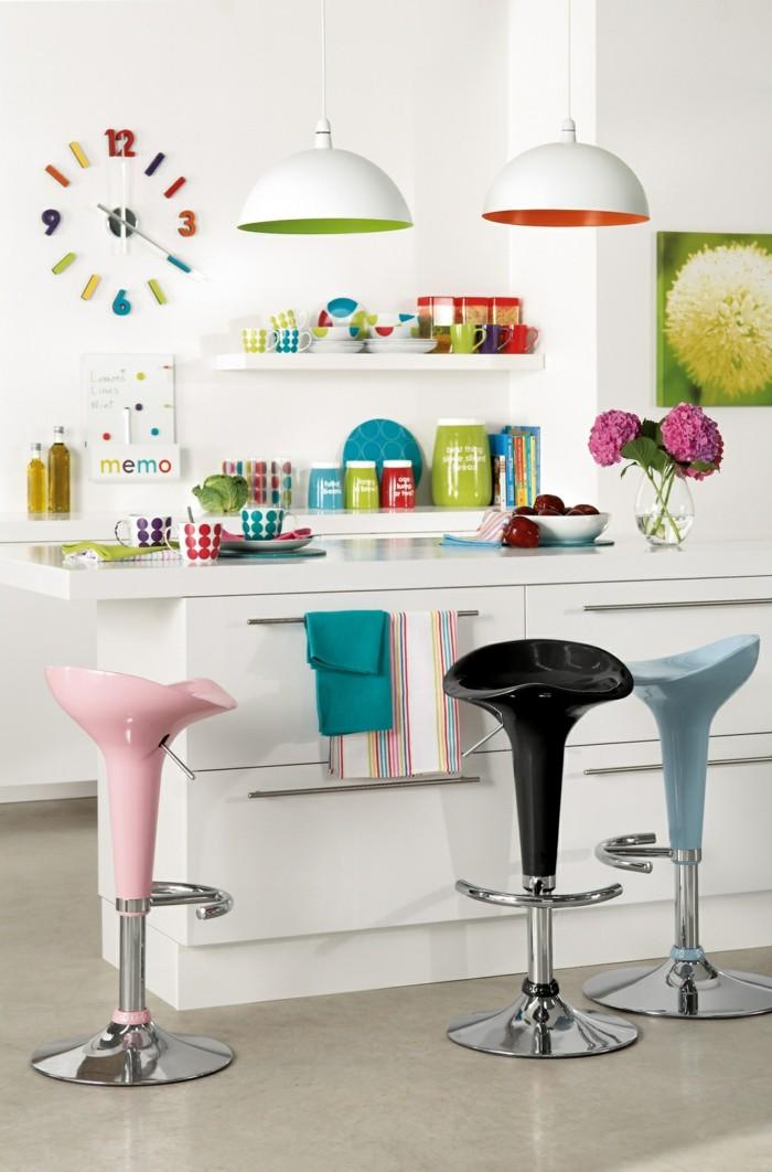 küchengestaltung in krassen farben farbige barhocker und buntes geschirr