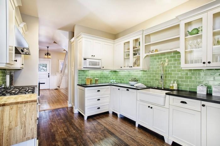 küchengestaltung mit grünen wandfliesen und holzboden