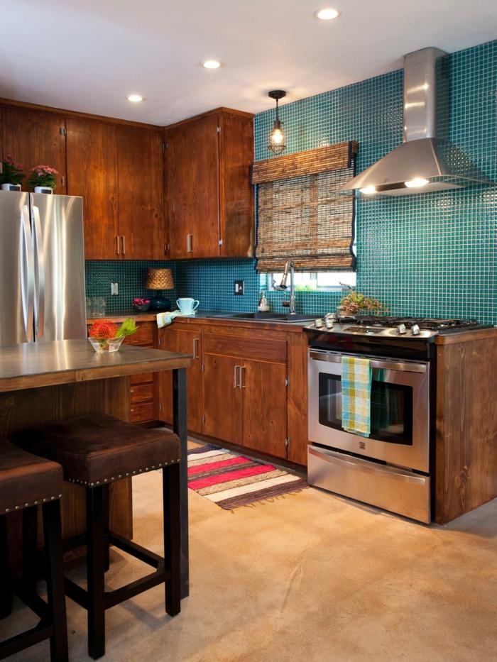 küchengestaltung mit mosaikfliesen und holzschränken