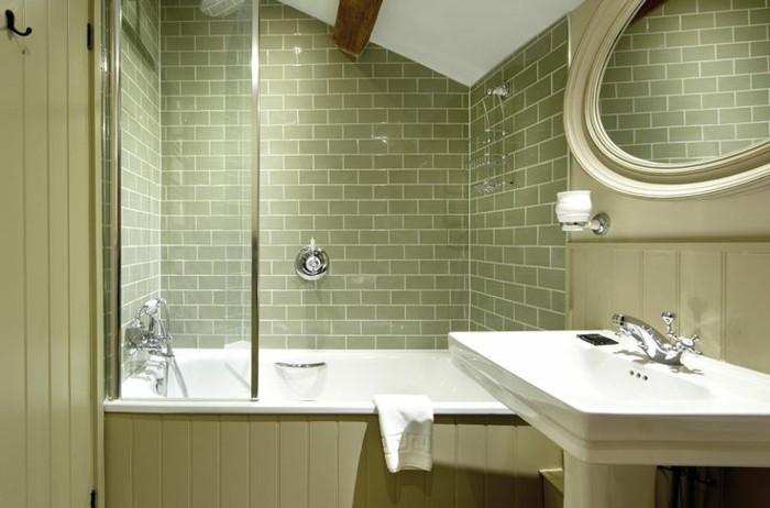 keramikfliesen badezimmer wandgestaltung ideen grün