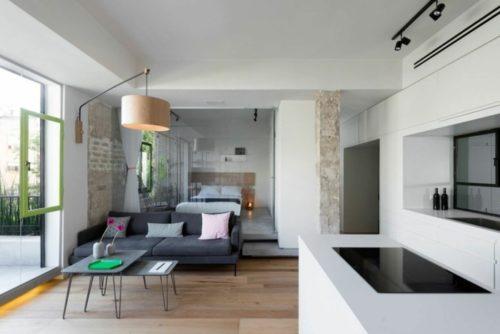 kleine-wohnung-einrichten-einzimmerwohnung-wandlampe-lampion-graues-sofa-kuchenzeile