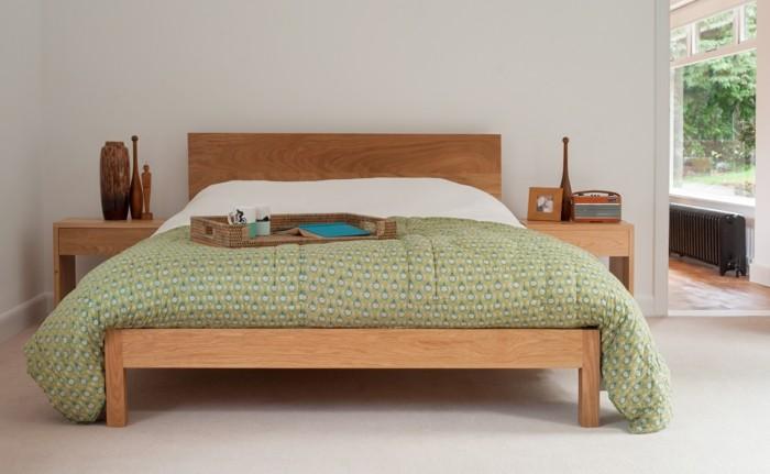 massivholzbett moderner schlafbereich helle wände dekoideen