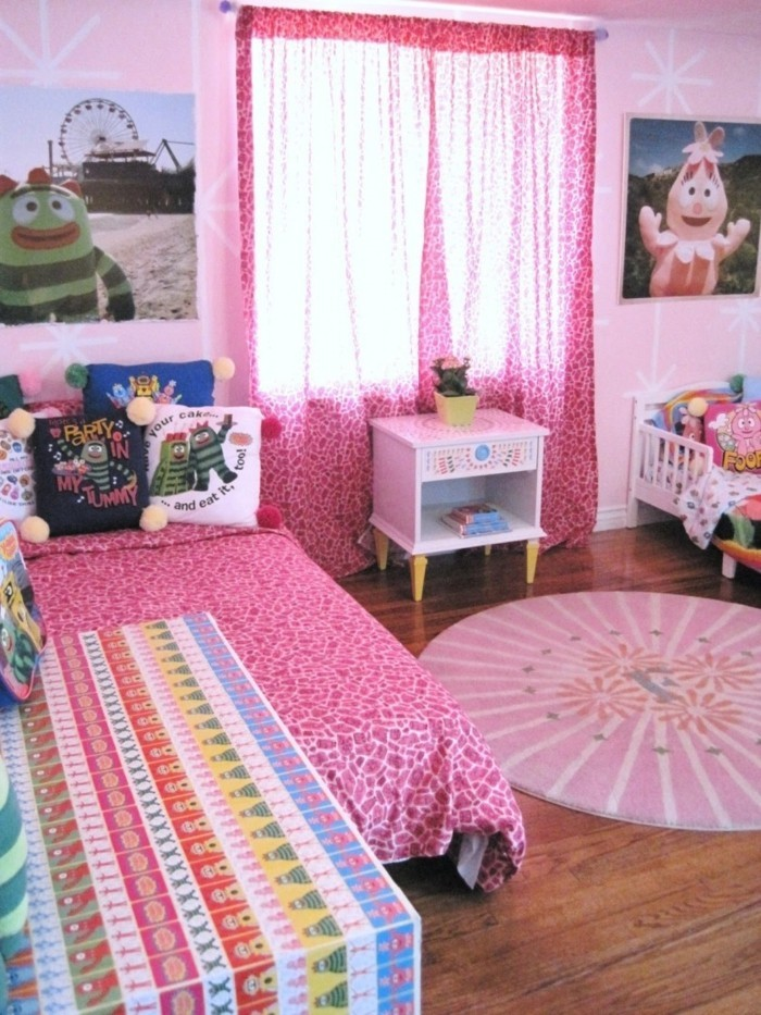 runde teppiche kinderzimmer rosa teppich muster kombinieren holzboden wanddeko